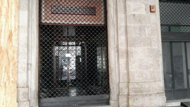 La vetrina del negozio Girotti in corso Matteotti, sotto la galleria