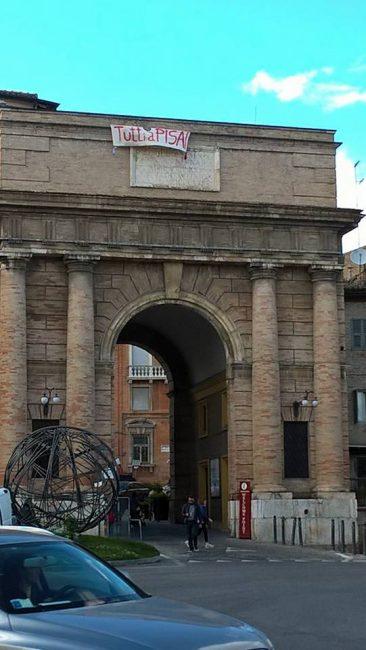 """""""Tutti a Pisa"""", lo striscione apparso oggi pomeriggio su Porta mercato"""