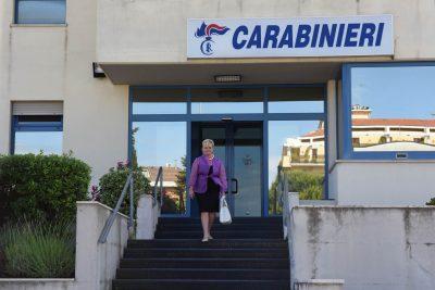 L'assessore Cristiana Cecchetti esce dalla caserma dei carabinieri dopo la denuncia