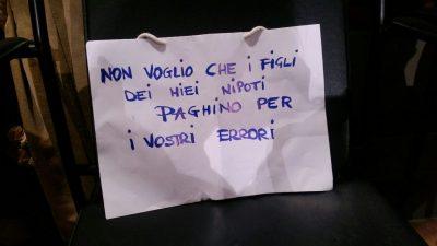 Il cartello lasciato da una cittadina