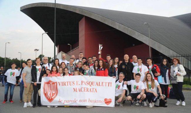 Foto di gruppo per la spedizione maceratese a Torino
