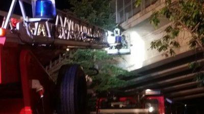 I pompieri eliminano le parti ancora pericolanti