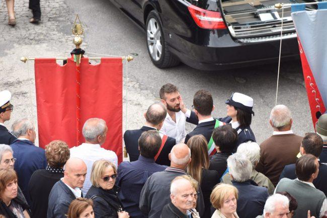 Il fratello di Chiara, Alessandro, con i due sindaci Andrea Gentili di Monte San Giusto e Stefano Montemarani di Morrovalle
