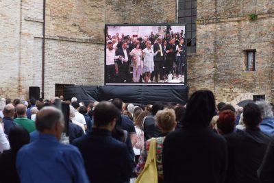 Il funerale seguito dal maxi schermo