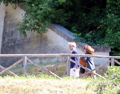 Lo stilista Cesare Paciotti mentre si allontana dal tribunale per evitare i fotografi. Con lui l'avvocato Luisella Cellini
