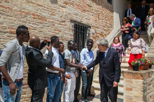 Il ministro Paolo Gentiloni incontra gli ospiti di Casa Antonia, il centro gestito dalla Croce Rossa di Macerata (foto di Massimo Zanconi)