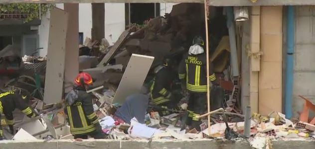 I vigili del fuoco dopo l'esplosione