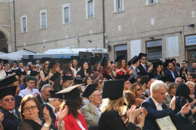festa del laureato 2016 unimc piazza foto ap (35)