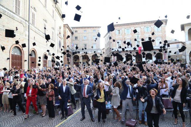 Giornata del laureato, il lancio del tocco questo pomeriggio in piazza della Libertà a Macerata