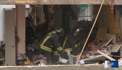 I vigili del fuoco nell'appartamento esploso a Milano