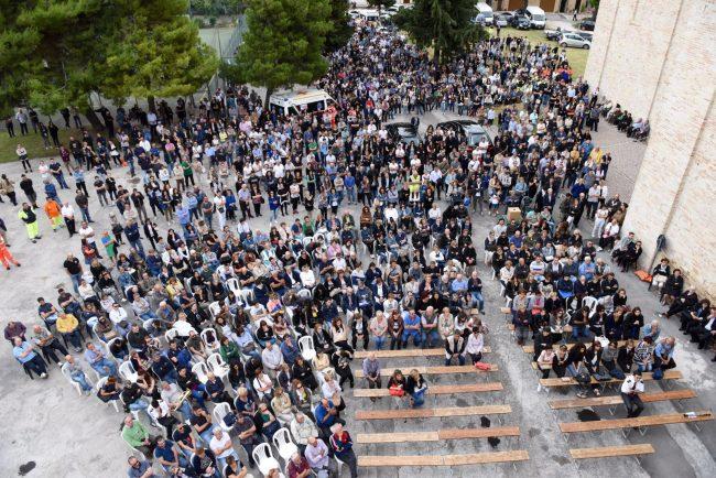 Una folla al funerale di Chiara e Riccardo