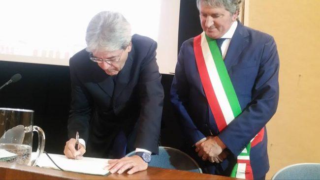 Paolo Gentiloni firma la cittadinanza onoraria