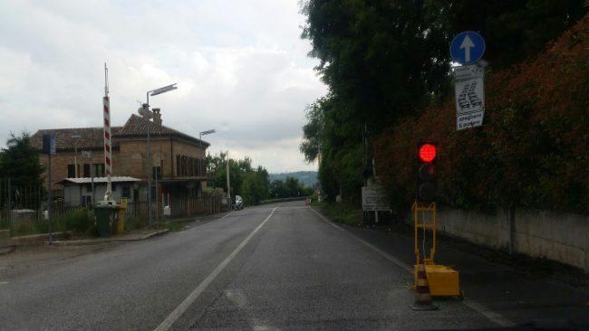 Il semaforo installato all'altezza del passaggio a livello