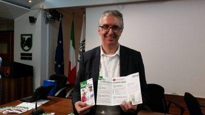 Luca Ceriscioli con i depliant della nuova campagna di comunicazione