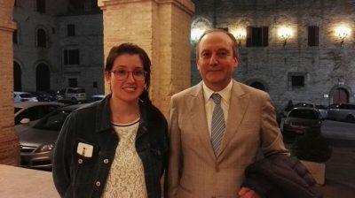 Stefano Montemarani con la figlia Lucia questa notte davanti al Comune