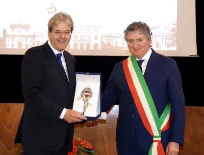 Gentiloni cittadino onorario di Tolentino con il sindaco Giuseppe Pezzanesi