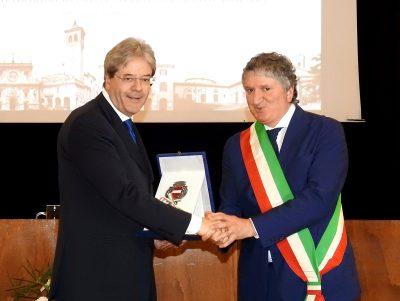 La consegna della cittadinanza onoraria da parte del sindaco Giuseppe Pezzanesi