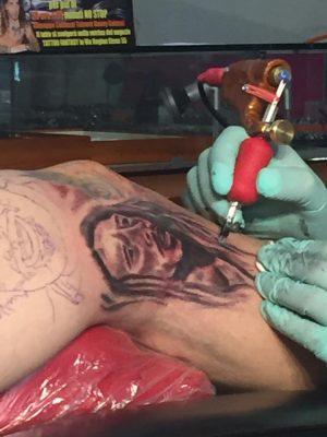 Il volto di Bob Marley sulla gamba di Galassi