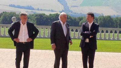 ATTERRAGGIO A POLLENZA - Da sinistra il ministro Graziano Del Rio, il conte Brachetti Peretti e il premier Renzi