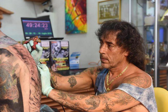 Colibazzi mentre prosegue la maratona del tatuaggio