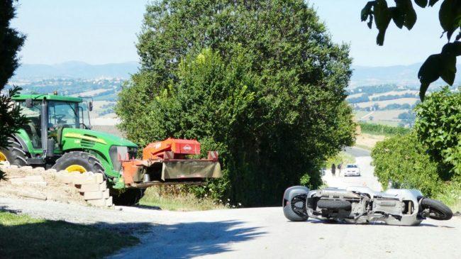 Lo scooter si è schiantato con il trattore
