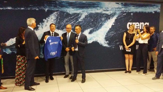 Una maglietta Arena con la stampa del suo nome è stata donata al premier (Foto Flyengineering and Geoteamassociati)