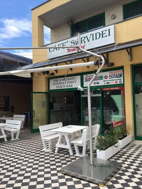 Il bar Servidei di via Saragat rapinato da due banditi armati di pistola