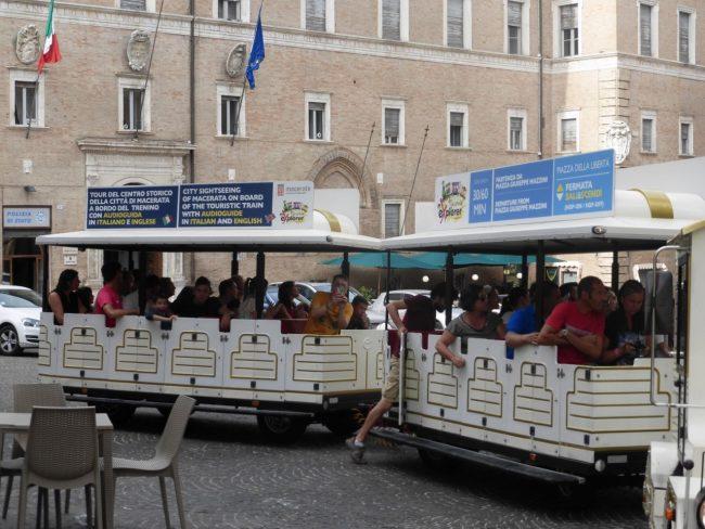 turisti macerata piazza libertà+ (3)