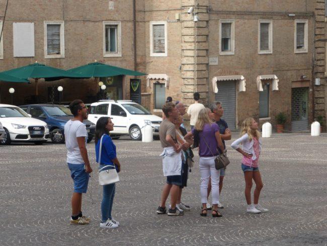turisti macerata piazza libertà+ (4)