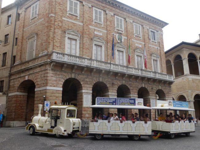 turisti macerata piazza libertà+ (6)