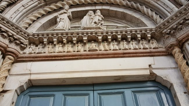 Il portale di San Venanzio danneggiato