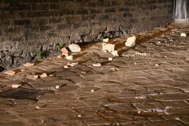 I calcinacci caduti dal palazzo della Prefettura (foto di Andrea Del Brutto)