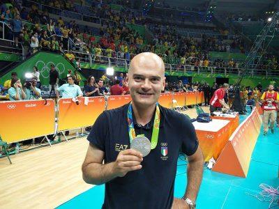 Giampaolo Medei con la medaglia d'argento al collo