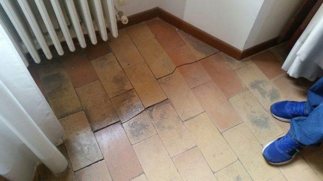 Fessure nel pavimento del palazzo comunale di Tolentino