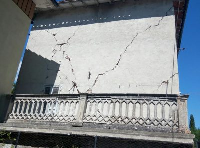 La parete danneggiata nella casa a rischio crollo a Villa Sant'Antonio di Visso