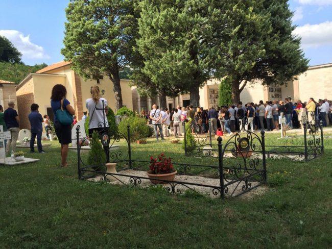 La folla che si è raccolta nella piazzola centrale del cimitero di Caldarola per il funerale di Milena Nardi