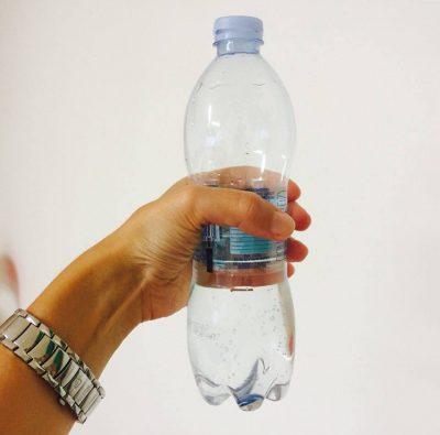 Una bottiglia d'acqua (foto d'archivio)