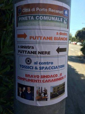 Il cartello in pineta a Porto Recanati
