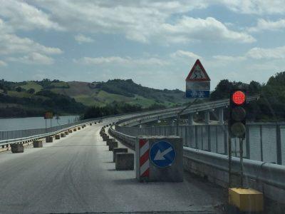 Il traffico sul viadotto di Castreccioni è regolato da un semaforo