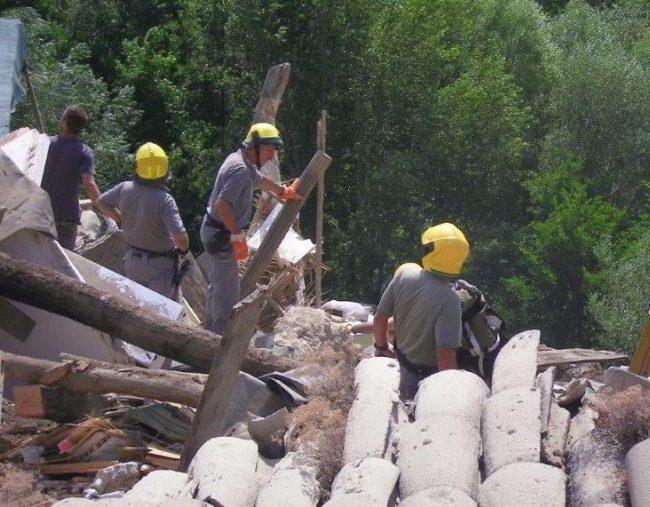 Forestali in azione tra le macerie ad Arquata del Tronto
