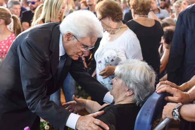 Il presidente Mattarella abbraccia un familiare delle vittime
