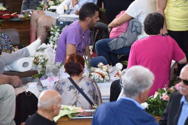 La bara della piccola Giulia durante il funerale di oggi ad Ascoli
