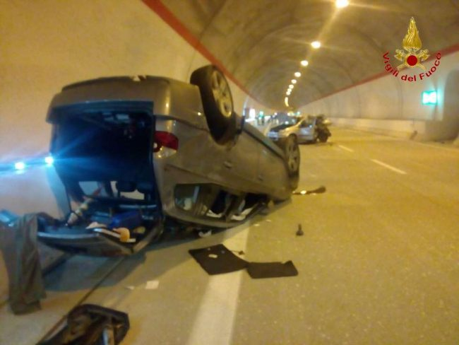 Un'auto si è rovesciata