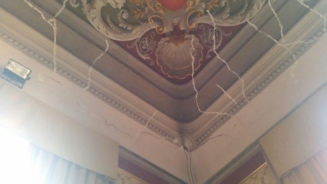 Palazzo comunale di Tolentino: lo stucco sulle lesioni del 1997 e le nuove fessure dopo il terremoto