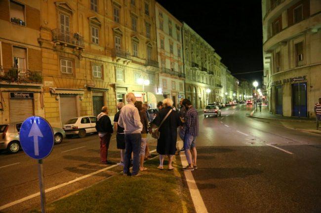 Alcune persone in strada in Corso cavour