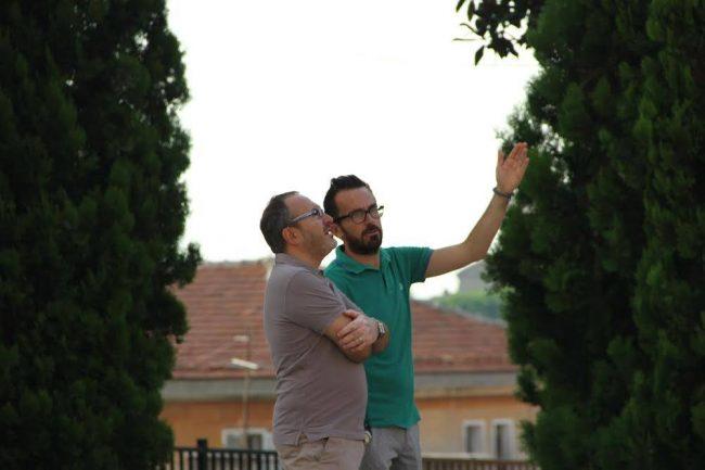 Il sindaco Andrea Gentili (con la polo verde) osserva i lavori di rimozione della statua