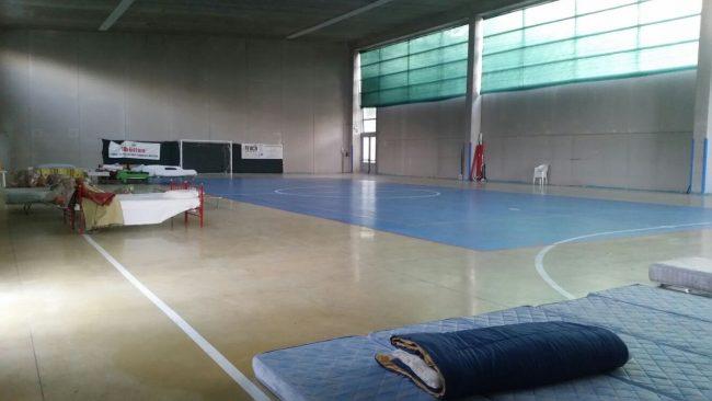 Il palazzetto dello sport di Ripe San Ginesio ha ospitato la notte scorsa una ventina di persone
