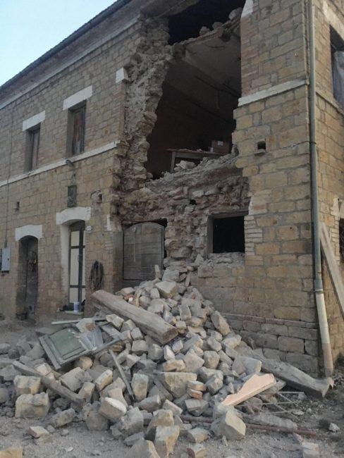 Il muro crollato a Penna San Giovanni in contrada Grazie