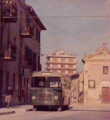 primo autobus e chiesa puntellata
