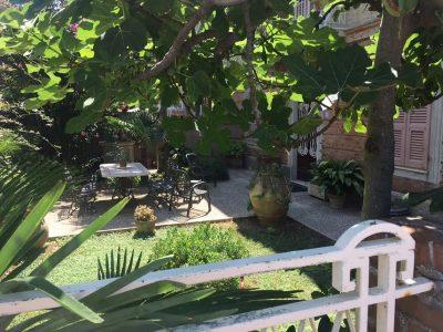 La porta sul giardino: le ladre si sarebbero introdotte al primo piano passando da qui